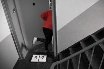 Met de Düör in't Huis fallen. (Mit der Tür ins Haus fallen.)